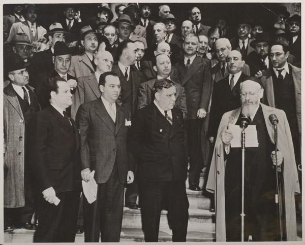 Julian Tuwim – trzeci zlewej wdrugim rzędzie, 1944 rok